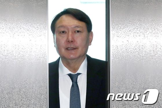 승강기에서 내리는 윤석열 검찰총장