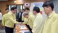 ASF 상황실 직원들과 인사나누는 이낙연 총리