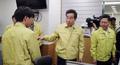 아프리카돼지열병 상황실 직원 격려하는 이낙연 총리