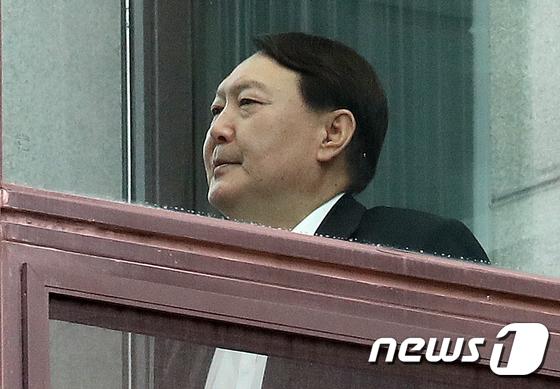 굳은표정으로 이동하는 윤석열 검찰총장