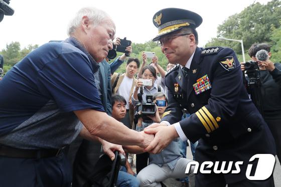 민갑룡 경찰청장, 개구리소년 유가족 손잡고 위로