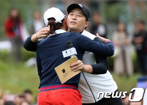 포옹 나누는 박세리·오초아