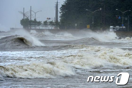 해안도로 위협하는 태풍 \'타파\' 파도