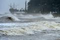 해안도로 위협하는 태풍 '타파' 파도