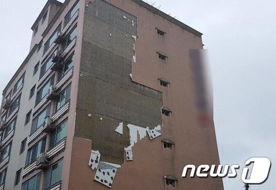 강풍에 파손된 한 빌라 외벽