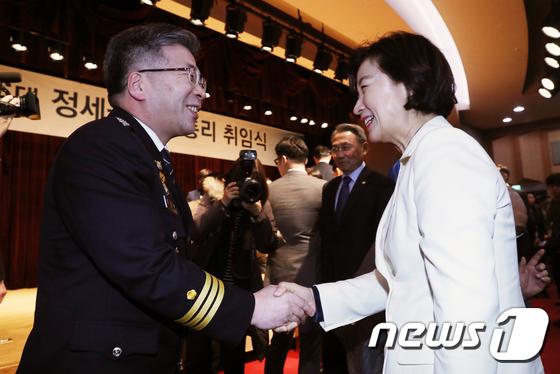 민갑룡 경찰청장 손 잡은 추미애 법무장관