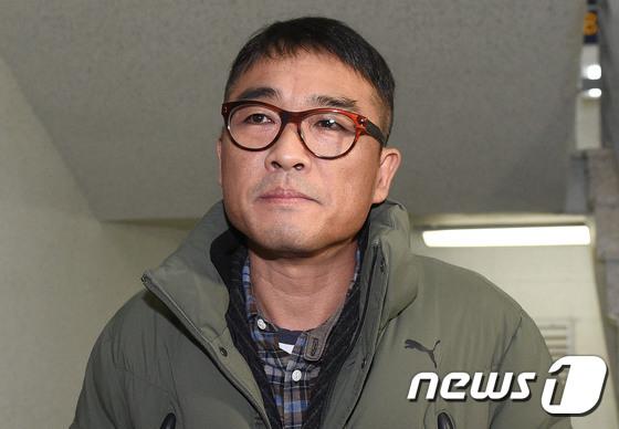 강남경찰서 출석하는 김건모 \'묵묵부답\'