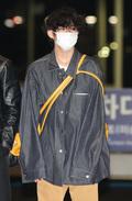 방탄소년단 뷔, 공항 패션은 루즈핏 의상에 노랑색 가방