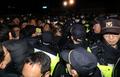 경찰들과 뒤섞인 진천군민들