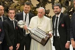 축구팬 교황, 무슨 트로피 들고 있나?