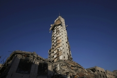 폭격에 첨탑으로 변한 고층아파트