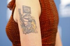 美배우 아리엘 홈스의 문신, 무슨 뜻일까