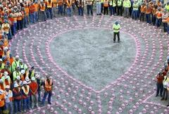 유방암 캠페인에 등장한 핑크빛 작업모