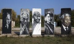 베를린장벽 잔해에 새겨진 20세기 인물들