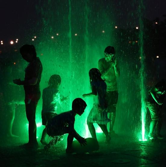 '초록색으로 물든 분수안에서'