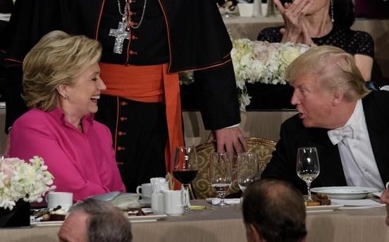 """""""친하게 지내요'…악수하는 힐러리와 트럼프"""