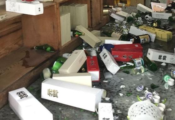日 돗토리현 지진에 깨진 술병들