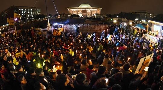 국회 압박 '촛불인간띠'로…