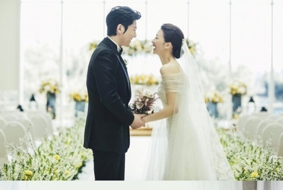 류수영♥박하선, 꽃길 속에 행복한 웨딩마치…스틸 공개