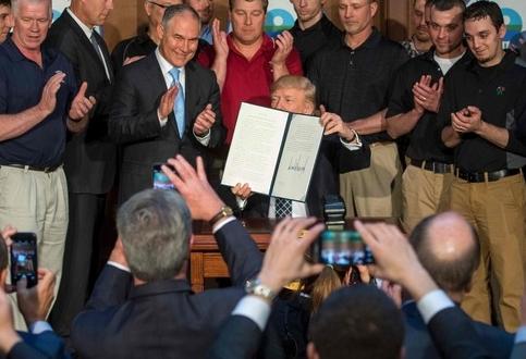 """트럼프 """"오바마의 환경보호 조치 폐기했어요"""""""