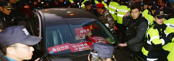 朴 영장심사 앞두고… 자택 앞 차량 기습시위