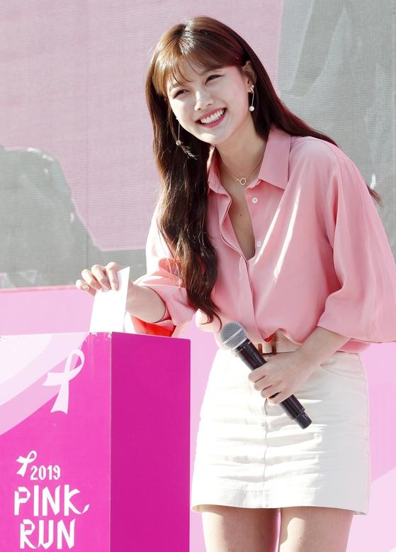 김유정 '환한 미소 지으며 유방암 위한 기부'