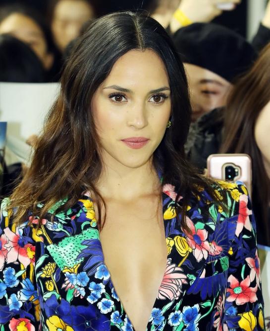 아드리아 아르호나, 섹시한 꽃무늬 재킷