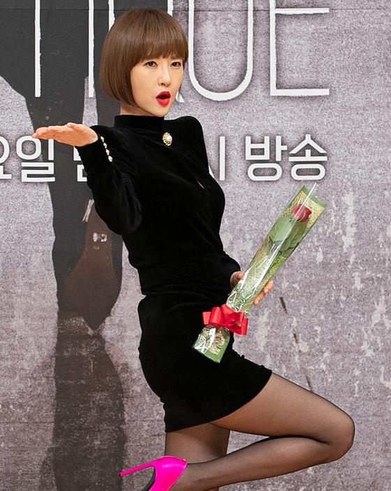 김선아 '블랙 미니 원피스와 핑크 구두'