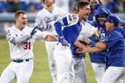 '벨린저 끝내기' 다저스, 밀워키와 연장 13회 혈투 끝에 2-1 승…NLCS 2승 2패