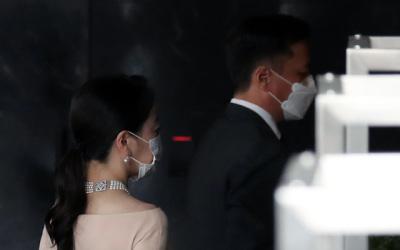 '마스크+진주목걸이' 노현정, 여전한 기품…남편과 현대家 결혼식 동반 참석