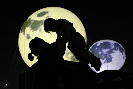 다가오는 추석... '가을밤 밝히는 희망의 인공달'