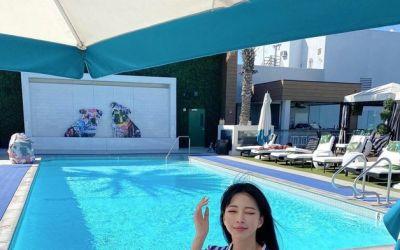 한예슬, 수영장서 즐긴 힐링의 시간…가운 입고 미소 활짝 [N샷]