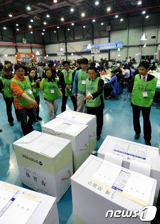 봉인 안된 투표함 발견, 정동영 측 '개표 거부'