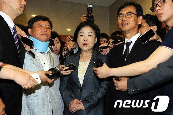 사퇴 기자회견 마친 통합진보당 공동대표들