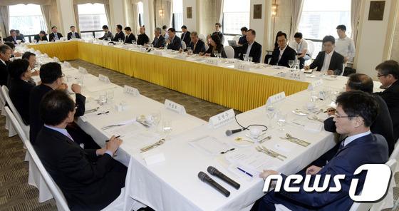 서비스산업총연합회 만난 경제부총리