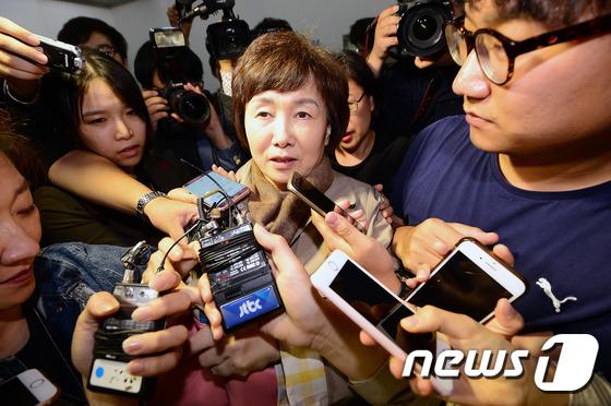 질문 세례 받는 최경희 총장