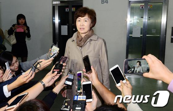 취재진 질문에 답하는 최경희 총장