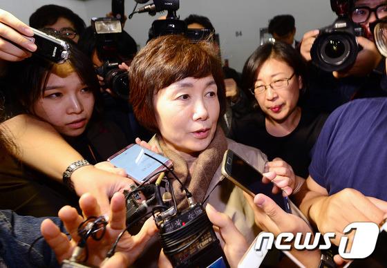 취재진 질문공세 받는 최경희 총장