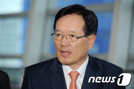 답변하는 정의화 전 국회의장