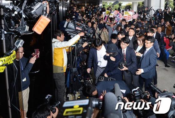 아수라장 이룬 최순실 검찰 출두