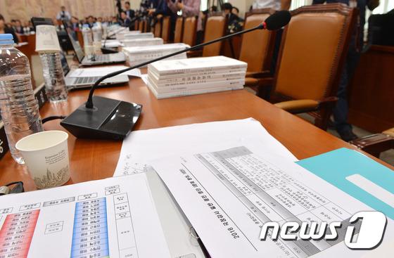 교문위 국감 파행, 여당 의원들 빈자리에 놓여있는 증인명단