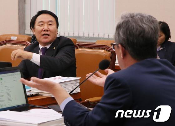 유성엽-염동열 '교문위 증인채택 공방'