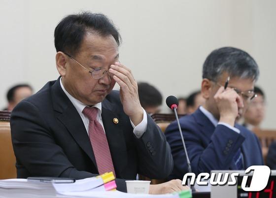 유일호 부총리 '최순실 게이트' 질의에 '난감'