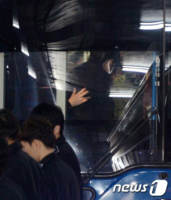 서울 구치소로 가는 호송버스에 탄 최순실