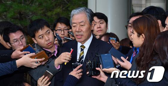 취재진에 둘러싸인 최순실 변호인 이경재 변호사