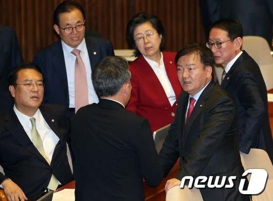 본회의장에서 맞붙은 표창원-민경욱