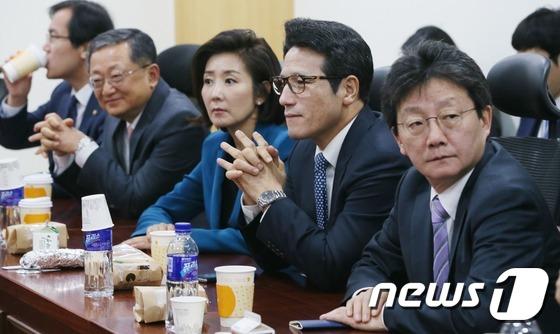 與 비상시국회의 '탄핵 일정 등 국정 수습책 논의'