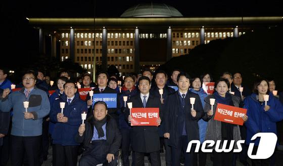 국회 앞 촛불 든 더불어민주당
