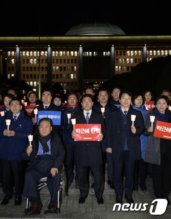 더불어민주당 \'국회 앞 촛불\'