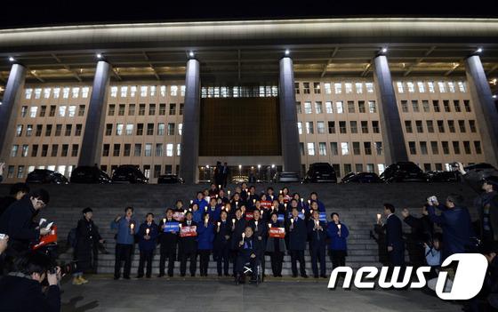 박 대통령 탄핵 촉구하는 민주당 의원들